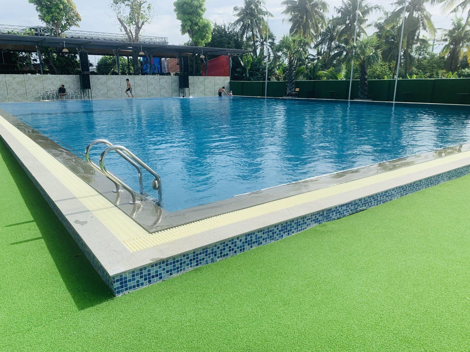 Hồ bơi khách sạn đại phú quận 12